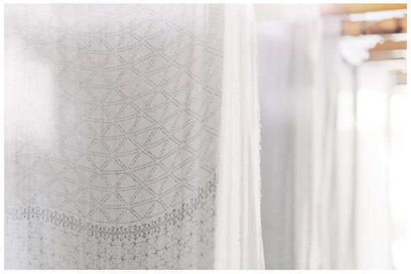 Les pans de tissus sont ensuite lavés et mis à sécher sur de grands étendoirs en bambou.
