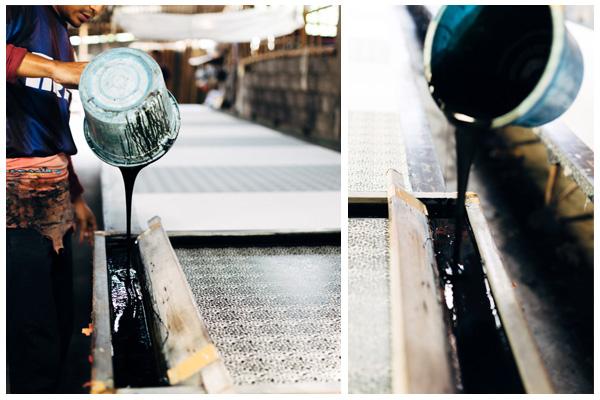 Une fois les pigments mélangés à un fixateur, on obtient une pâte épaisse qui sera étalée sur les pochoirs à l'aide d'une immense spatule.